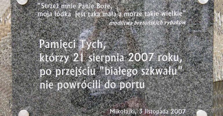 Tablica pamiątkowa w Mikołajkach